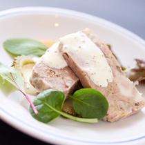 【ディナー/コース料理】県産豚肉のテリーヌ島野菜と旬の野菜自家製ピクルス添えサラダ仕立て