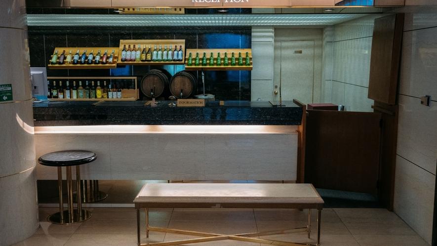 【フロント】シャトレーゼオリジナルの樽生ワインなど多数ご用意しております。