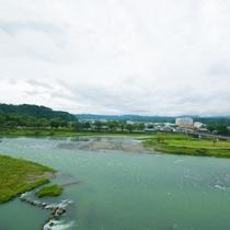 【お部屋からの眺め】窓からは一面の球磨川がご覧いただけます。