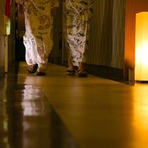 【大浴場廊下】お部屋から大浴場まで、足元を照らすやさしい光がご案内します。
