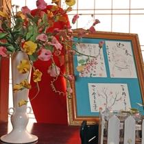【カフェルーム・ギャラリースペース】絵手紙の作品を飾っています。