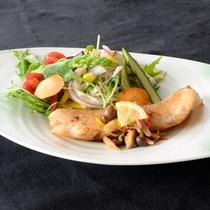 【料理一例】肉や魚、野菜をバランスよく楽しめる料理です。