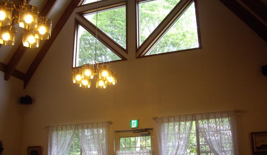 室内ダイニング三角窓