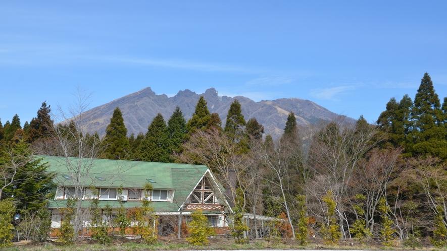 家、山と家
