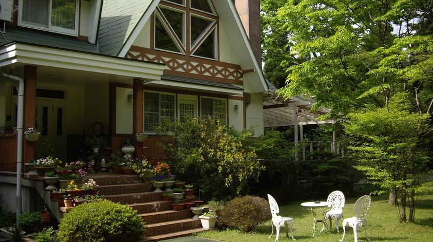 庭、家の前、椅子