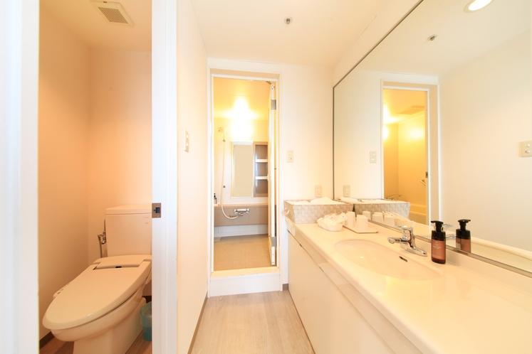 ツインベッド+エキストラベッド×2台のバスルーム