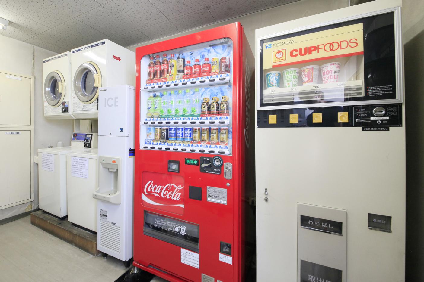4F コインランドリー・自動販売機