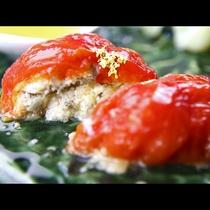 【季節の一品例】片品産のトマトを使った前菜。