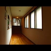 別館・お食事処へと続く廊下。