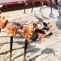 囲炉裏で焼く炭火焼きは田舎料理の醍醐味ですね。。。