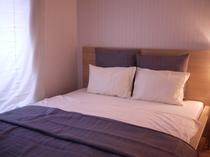 二階の3つ目の寝室です。クイーンサイズベッドです。