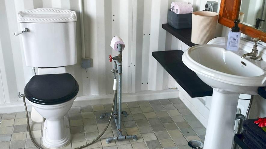 ・白と黒のシンプルなバスルーム