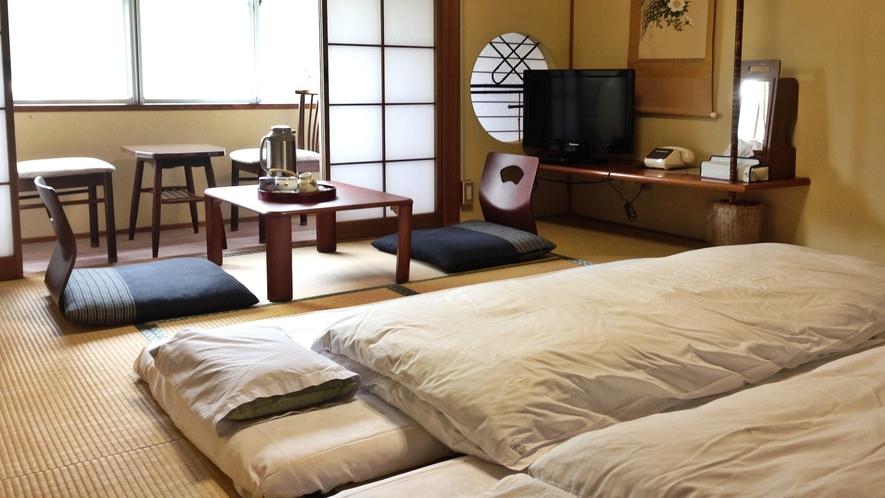 *【客室一例】お部屋はお布団を敷いた状態でご用意しております。