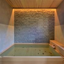 本館2F 広々とした総ヒノキの浴槽