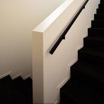 2Fに上る階段には手摺がついております