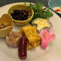 【お子様ランチ〜朝食編】たまご焼きやウィンナー、シュウマイなどバランスよく1個ずつ♪