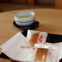 お菓子と日本茶でお寛ぎ
