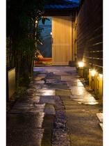 玄関へ続く石畳の細い路地