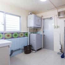 室内のウォッシングルームには専用の洗濯機とガス乾燥機を完備(無料です)
