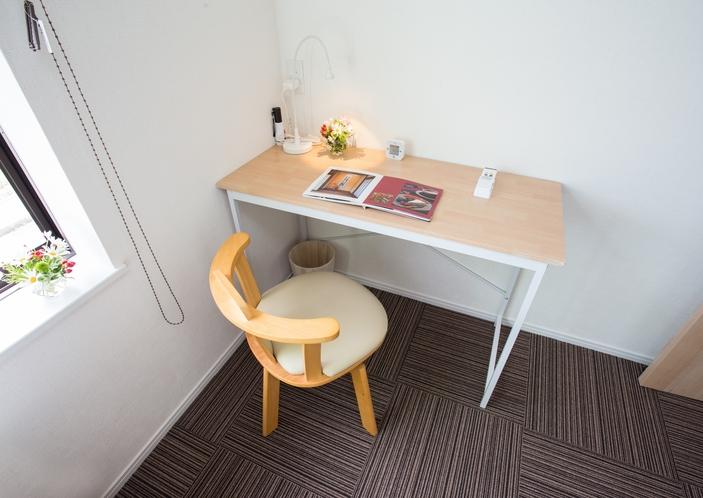 【個室】洋室パソコン用のテーブルを設置完備