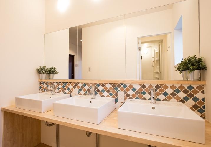 タイルタイプの共有洗面所は各フロアに設置完備♪