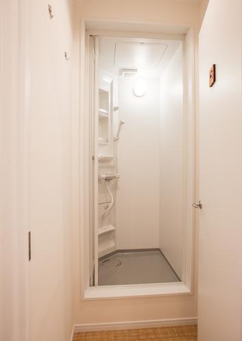 共有シャワー室を各フロアに設置し、脱衣室も完備♪