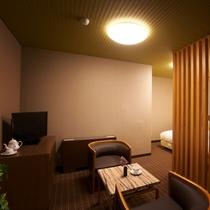 【特別室】限定3室のみの特別室・ベッドルーム例。落ち着いた色調とシックな彩りが心にくつろぎを与えます