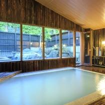 【大浴場/内湯】あたたかな木造りの雰囲気が漂う大浴場。「蔵王岩の露天風呂」付き、24時間入浴可能
