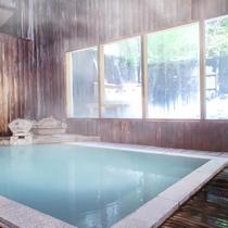 【大浴場】あたたかな木造りの雰囲気が漂う大浴場。開湯1900年といわれる名湯を源泉掛け流しで堪能