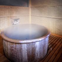 【貸切風呂】夜は湯けむりに包まれながら、気兼ねなく手足を伸ばして今日一日の疲れをほぐす…