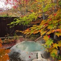 【露天風呂・お釜の湯】「春には新緑、秋には紅葉を」四季を真近に感じることのできるお風呂
