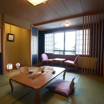 【和室】蔵王温泉の風情を満喫できる10畳の広々和室。窓の外に広がる蔵王の景色も宿の魅力
