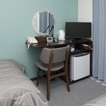 鏡台:壁紙もブルー調で海をイメージしたお部屋は、ミラーなどの細部にもこだわりがつまってます。。