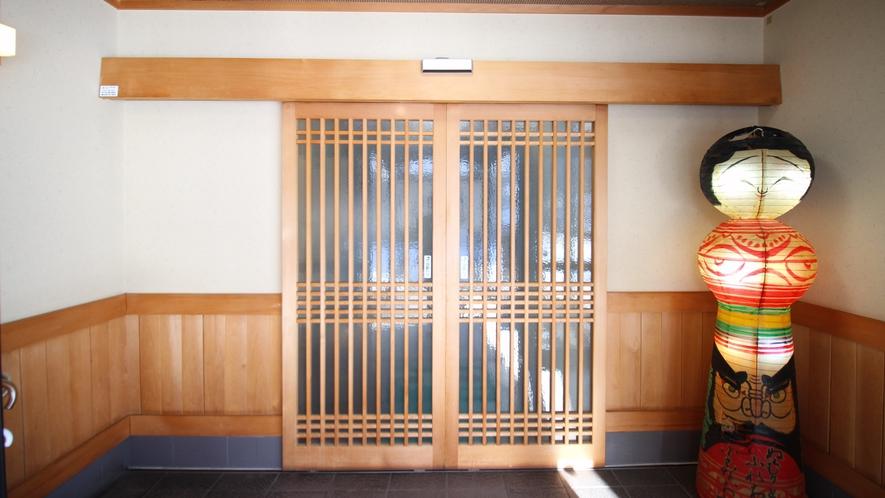 *[外観/玄関]津軽こけし型の照明は旅の風情を掻き立てます