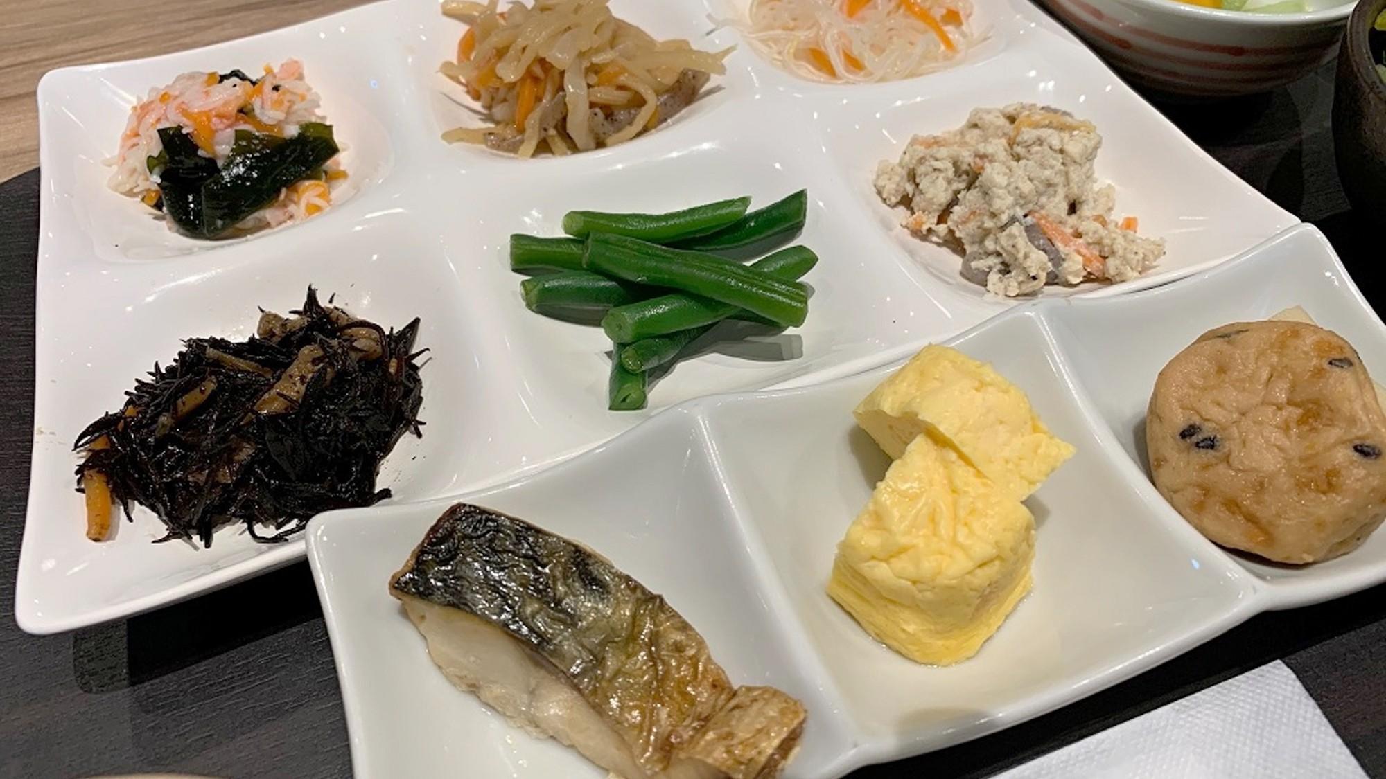【朝食】季節の素朴な素材を使ったおばんざい各種