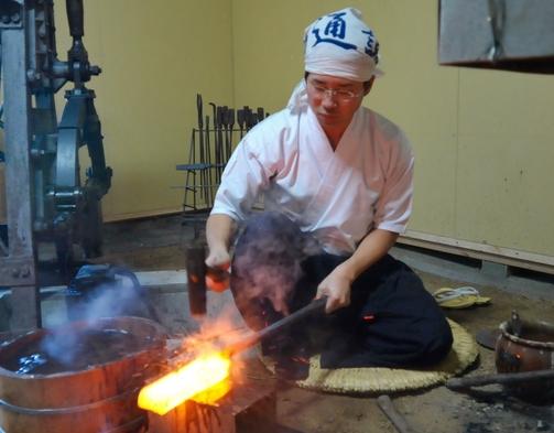 【工芸体験】刀鍛冶で京都を体験☆小刀製作セットプラン【2名〜4名利用】(素泊り)