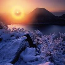 榛名富士は標高1,391m、榛名湖はその1,100m付近に位置します。