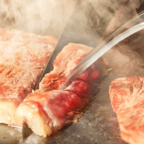 メインのステーキはライブキッチンにて焼き上げます(一例)