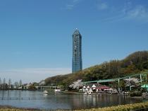 東山動植物園 上池とスカイタワー