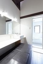 大きな鏡と明るい洗面化粧台