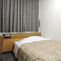 【部屋】シングル/セミダブルベッドでゆっくりとお休みいただけます