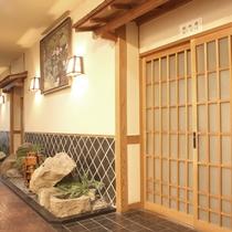 【部屋】和室の入口も、和の雰囲気を大切にしています。