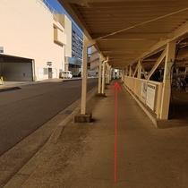 ⑤右手に駐輪場が見えてきますので、 そのまま直進します。