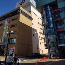 ④東口駅前広場の右側に丸広百貨店(写真左)と プラザ館(写真右)の間の道路を直進します。④東口駅前広
