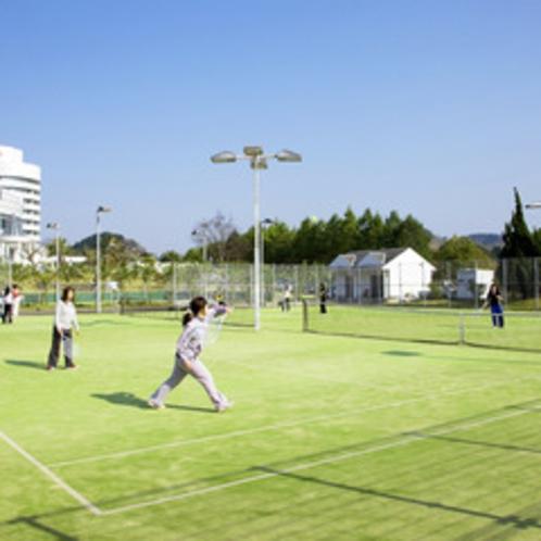 ゴルフだけでなくテニスコートも完備。ナイターも楽しめます