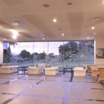 【ホテルアザリアロビー】ゆったりとしたロビーは明るく開放的な雰囲気