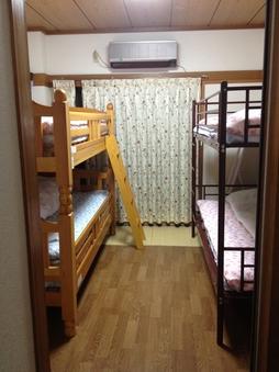 男女共用ドミトリールームのベッド1台分