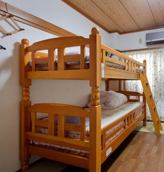 男女共用ドミトリールームのベッド2台