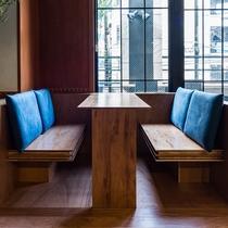 【宿泊者専用ラウンジ】複数人でのお仕事や喫茶にぴったりのボックス席も。