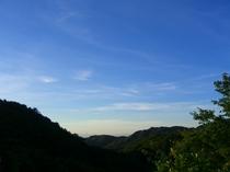 雄大な六甲山と青い空